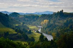 Λόφοι και ένας ποταμός που ελίσσεται μεταξύ εκείνων των λόφων  ελαφρώς μουντή ημέρα φθινοπώρου και ήρεμο φως του ήλιου στοκ εικόνες