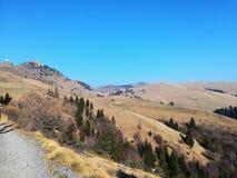Λόφοι και βουνά στον πρώτο ήλιο άνοιξη στοκ εικόνες με δικαίωμα ελεύθερης χρήσης