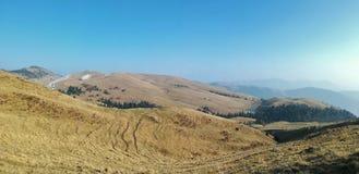 Λόφοι και βουνά στον πρώτο ήλιο άνοιξη στοκ φωτογραφία με δικαίωμα ελεύθερης χρήσης