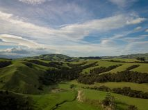 Λόφοι και ουρανός της Νέας Ζηλανδίας στοκ φωτογραφία