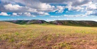 Λόφοι πανοράματος στην ηλιόλουστη ημέρα Vista φυσικός idylic ήλιος λόφων τοπίων μέσω του λιβαδιού σύννεφων στοκ φωτογραφία