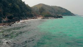 Λόφος έμπνευσης με το πράσινο πυκνό δάσος κοντά στον ατελείωτο ωκεανό απόθεμα βίντεο
