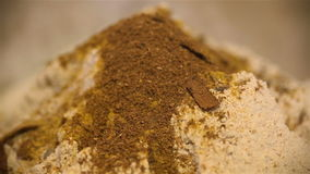 Λόφος αλευριού με turmeric και καρυκευμάτων στενό επάνω φιλμ μικρού μήκους
