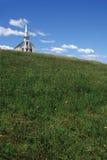 λόφος εκκλησιών λίγα πέρα από το λευκό Στοκ εικόνα με δικαίωμα ελεύθερης χρήσης