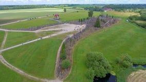 λόφος Λιθουανία σταυρών Όμορφη εναέρια άποψη στις θερινές θάλασσες Στοκ Εικόνες