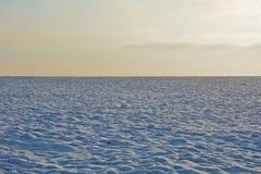 Λόφος χιονιού με τον ουρανό το πρωί Στοκ Φωτογραφία
