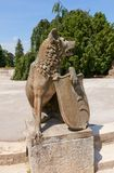 Λύκος με μια ασπίδα στο παλάτι Lednice, Δημοκρατία της Τσεχίας Η ΟΥΝΕΣΚΟ κάθεται Στοκ Φωτογραφίες