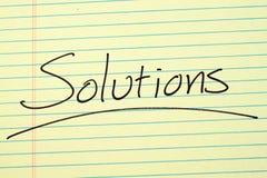 Λύσεις σε ένα κίτρινο νομικό μαξιλάρι Στοκ φωτογραφία με δικαίωμα ελεύθερης χρήσης