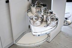 Λύση για μια αποθήκευση γωνιών κουζινών στο ντουλάπι Μονάδα W γωνιών Στοκ Φωτογραφίες