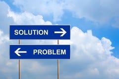 Λύση και πρόβλημα στο μπλε οδικό σημάδι Στοκ Εικόνες