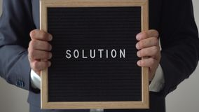 Λύση λέξης από τις επιστολές στον πίνακα κειμένων στα ανώνυμα χέρια επιχειρηματιών απόθεμα βίντεο