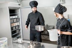 Μάγειρας αρχιμαγείρων που κατασκευάζει το παγωτό Στοκ φωτογραφία με δικαίωμα ελεύθερης χρήσης