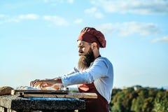 Μάγειρας ατόμων με την κυλώντας καρφίτσα Στοκ εικόνα με δικαίωμα ελεύθερης χρήσης