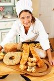 Μάγειρας γυναικών με τα ψημένα αγαθά Στοκ φωτογραφίες με δικαίωμα ελεύθερης χρήσης