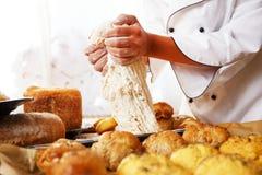 Μάγειρας γυναικών με τα ψημένα αγαθά Στοκ Εικόνες