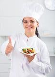Μάγειρας και σαλάτα κοριτσιών Brunette Στοκ Εικόνα
