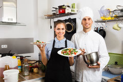Μάγειρας και σερβιτόρα στην κουζίνα cafe's Στοκ φωτογραφία με δικαίωμα ελεύθερης χρήσης