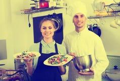 Μάγειρας και σερβιτόρα στην κουζίνα cafe's Στοκ Φωτογραφίες