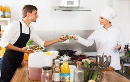 Μάγειρας και σερβιτόρος στην κουζίνα cafe's Στοκ εικόνες με δικαίωμα ελεύθερης χρήσης