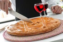 Μάγειρας και empanada gallega, ένα αλμυρό γεμισμένο κέικ χαρακτηριστικό της Ισπανίας Στοκ φωτογραφίες με δικαίωμα ελεύθερης χρήσης
