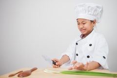 Μάγειρας μικρών κοριτσιών, αρχιμάγειρας παιδιών φοβισμένος των λαχανικών Στοκ φωτογραφίες με δικαίωμα ελεύθερης χρήσης