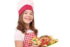 Μάγειρας μικρών κοριτσιών με τα θαλασσινά στο πιάτο στοκ φωτογραφίες με δικαίωμα ελεύθερης χρήσης