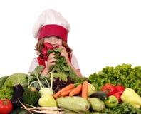 Μάγειρας μικρών κοριτσιών με τα διαφορετικά λαχανικά Στοκ Φωτογραφία