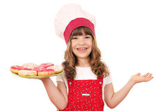 Μάγειρας μικρών κοριτσιών με τα donuts Στοκ εικόνες με δικαίωμα ελεύθερης χρήσης