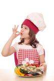 Μάγειρας μικρών κοριτσιών με την έτοιμη πέστροφα Στοκ εικόνα με δικαίωμα ελεύθερης χρήσης