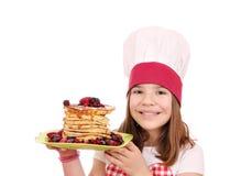 Μάγειρας μικρών κοριτσιών με τις τηγανίτες Στοκ Εικόνα