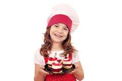 Μάγειρας μικρών κοριτσιών με το κέικ σμέουρων Στοκ Φωτογραφία