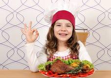 Μάγειρας μικρών κοριτσιών με το τυμπανόξυλο και το εντάξει σημάδι χεριών Στοκ φωτογραφία με δικαίωμα ελεύθερης χρήσης