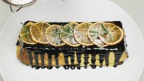 Μάγειρας που κοσκινίζει τη ζάχαρη τήξης πέρα από cheesecake φιλμ μικρού μήκους