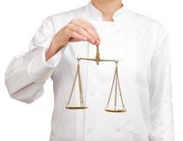 Μάγειρας που κρατά μια κλίμακα της δικαιοσύνης Στοκ φωτογραφία με δικαίωμα ελεύθερης χρήσης