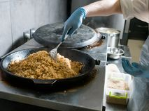 Μάγειρας που προετοιμάζει plov το παραδοσιακό του Ουζμπεκιστάν γεύμα ρυζιού Στοκ Φωτογραφίες