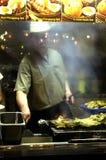 Μάγειρας που ψήνει το κοτόπουλο στη σχάρα Στοκ Εικόνα