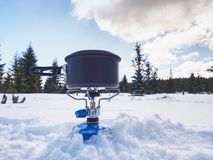Μάγειρας σε μια χειμερινή υπαίθρια θέση για κατασκήνωση Υπαίθριο μαγείρεμα το χειμώνα Στοκ Εικόνες