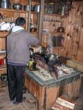 Μάγειρας στην κουζίνα σε ένα από τα οικήματα Timang - του Νεπάλ Στοκ φωτογραφία με δικαίωμα ελεύθερης χρήσης