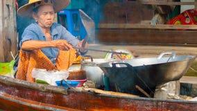 Μάγειρας στη να επιπλεύσει Damnoen Saduak αγορά κοντά επάνω Στοκ Εικόνες