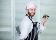 Μάγειρας στο εστιατόριο, ομοιόμορφο Επαγγελματίας στην κουζίνα t βέβαιο άτομο στο δίσκο λαβής ποδιών και καπέλων αρχιμάγειρας στοκ εικόνες με δικαίωμα ελεύθερης χρήσης