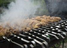 Μάγειρες κρέατος στους καυτούς άνθρακες στον καπνό Πικ-νίκ στη φύση στοκ φωτογραφίες