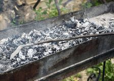 Μάγειρες κρέατος στους καυτούς άνθρακες στον καπνό Πικ-νίκ στη φύση στοκ φωτογραφία με δικαίωμα ελεύθερης χρήσης