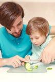 Μάγειρες πατέρων με το γιο του στοκ εικόνες