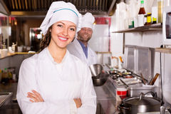 Μάγειρες που μαγειρεύουν στην επαγγελματική κουζίνα Στοκ Εικόνες