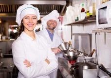 Μάγειρες που μαγειρεύουν στην επαγγελματική κουζίνα Στοκ φωτογραφία με δικαίωμα ελεύθερης χρήσης