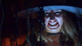 Μάγισσα αποκριών σε μια κραυγή καπέλων τρομακτική φιλμ μικρού μήκους