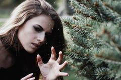Μάγισσα αποκριών σε μια μελαχροινή δασική όμορφη νέα γυναίκα στο κοστούμι μαγισσών Σχέδιο τέχνης αποκριών Υπόβαθρο φρίκης για απο Στοκ Φωτογραφίες