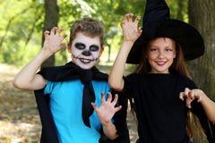 Μάγισσα και μικρό παιδί κοριτσιών Στοκ Εικόνες
