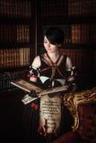Μάγισσα με τα βιβλία Στοκ εικόνα με δικαίωμα ελεύθερης χρήσης