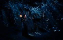 Μάγισσα στη δασική έκδοση νύχτας στοκ εικόνες με δικαίωμα ελεύθερης χρήσης